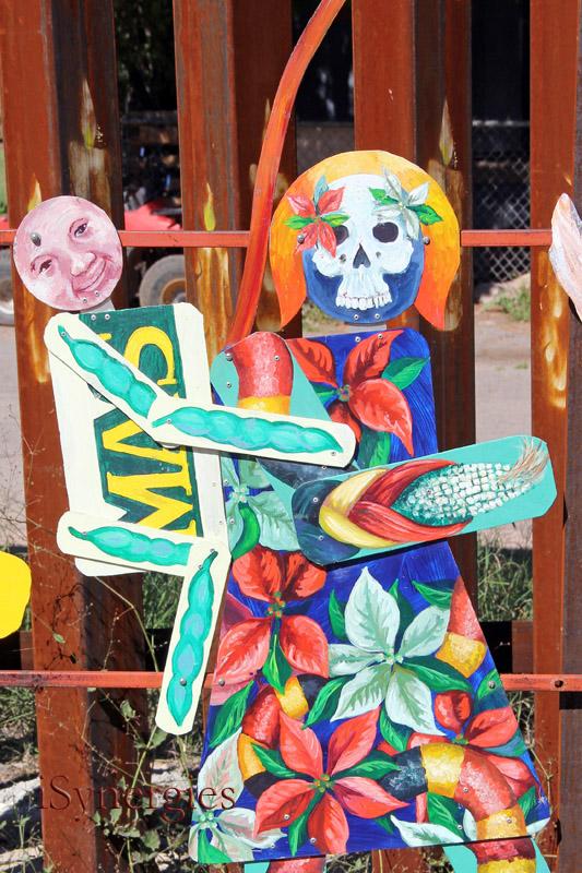Arte del metal a lo largo del muro de la frontera en Nogales, México