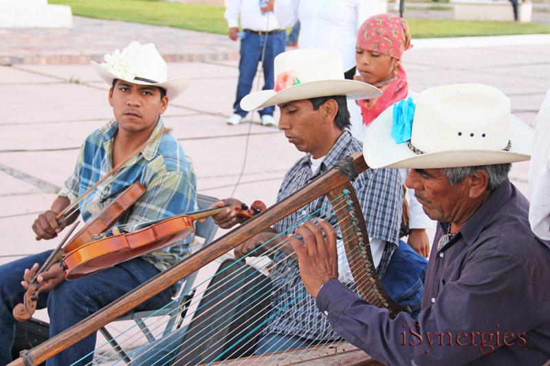 Los músicos tocan música con instrumentos tradicionales de Sonora