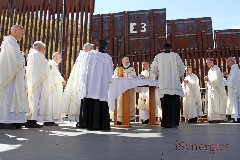 El cardenal Sean O'Malley lleva una masa a lo largo de la frontera en Nogales, Arizona