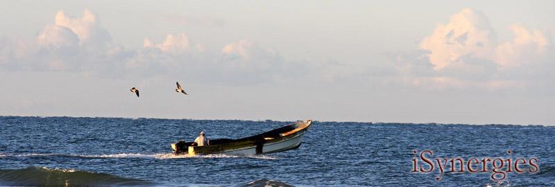 Un pescador dirige hacia fuera para la pesca de la mañana frente a la costa de Desemboque, Sonora