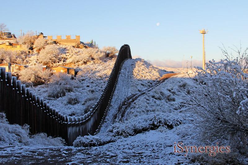 A la mañana cubierto de nieve a lo largo del muro de la frontera en Nogales