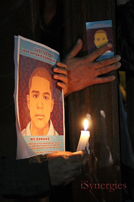 Los manifestantes llegan a través de la pared frontera en Nogales durante una vigilia por José Antonio Elena Rodríguez