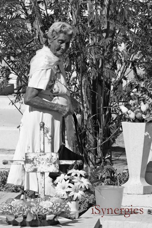 Tendiendo a una tumba en el Día de Muertos en México