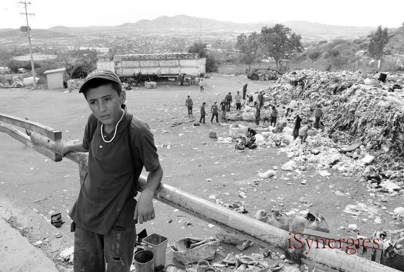 Un joven residente de un relleno sanitario en Nogales, México