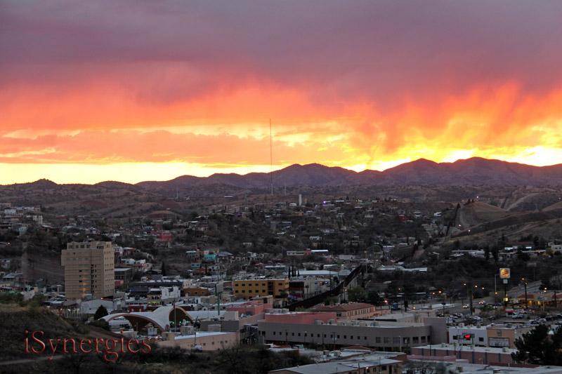 El cielo parece estar en el fuego sobre Nogales, México