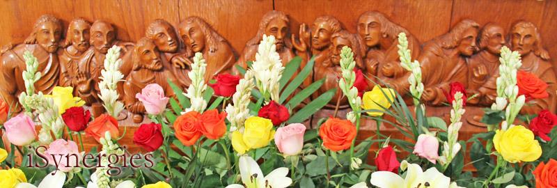 Flores del altar en la parroquia Nuestra Señora de Guadalupe en Altar, Sonora
